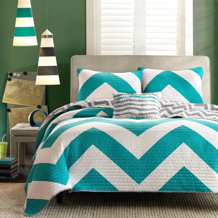 Casa Andrea Milano 4 Pc Zig Zag Reversible Chevron Bedspread Quilt with Matching Shams and Cushion pillow